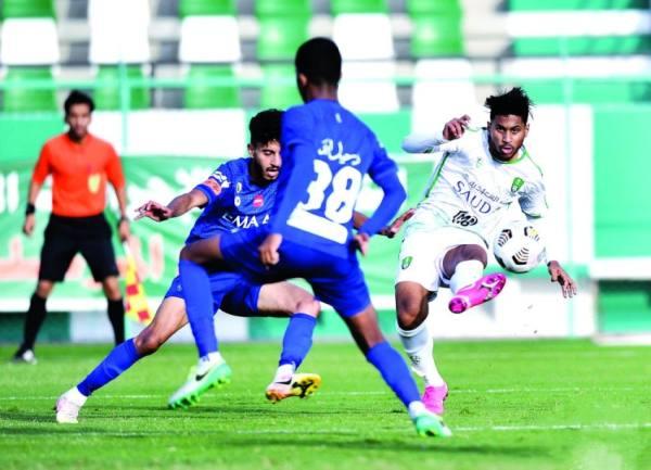 حسن العلي خلال مباراة سابقة مع شباب الأهلي أمام الهلال