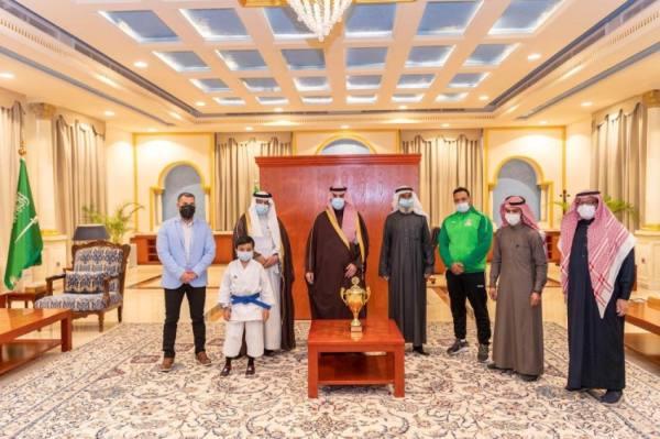 أمير منطقة الجوف يكرم عددًا من الرياضيين