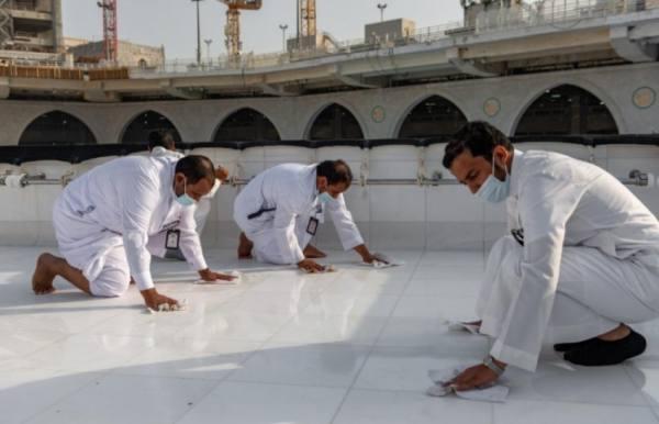 فريق سعودي مختص ينظف سطح الكعبة خلال (40) دقيقة