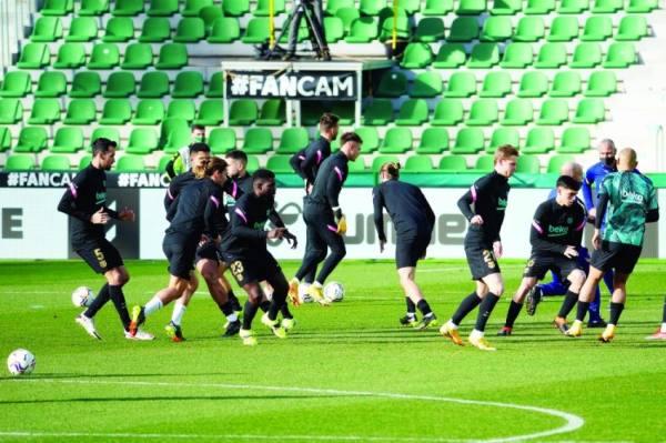 لاعبو برشلونة يؤدون تمارين الإحماء لمباراة دورية أمام مدرجات خالية بسبب جائحة كورونا