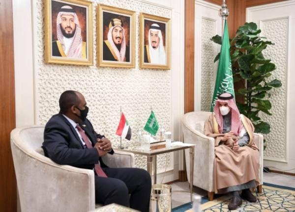 وزير الخارجية يستعرض مع عضو