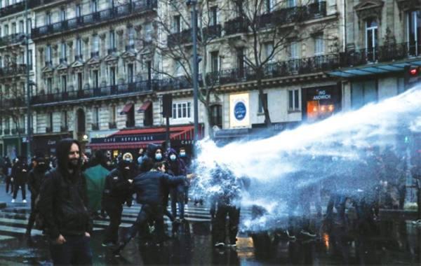أنصار «السترات الصفر» يدعمون مظاهرات «الأمن الشامل»