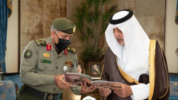 أمير مكة يتسلم التقرير السنوي لأعمال جوازات المنطقة