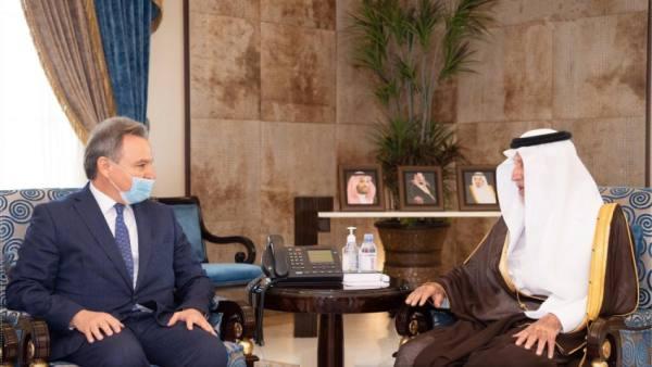 الأمير خالد الفيصل يستقبل السفير اليوناني