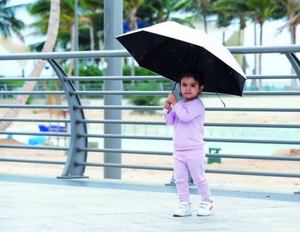 الأمطار تداعب «العروس».. والعوائل تستمتع بأجواء ربيعية
