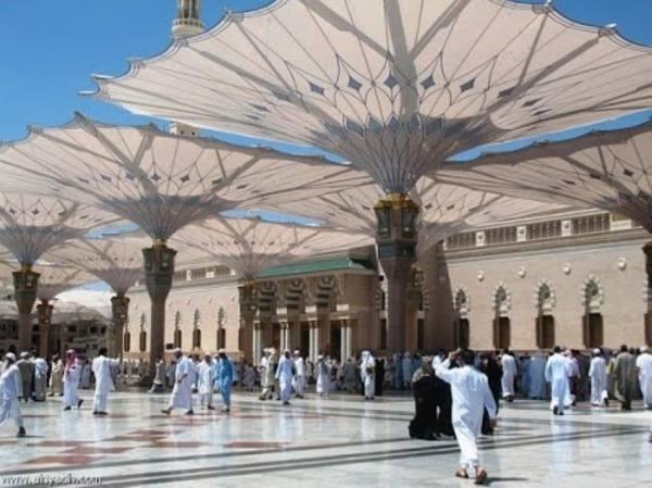250 مظلة بساحات المسجد النبوي تقي الزوار من الأمطار