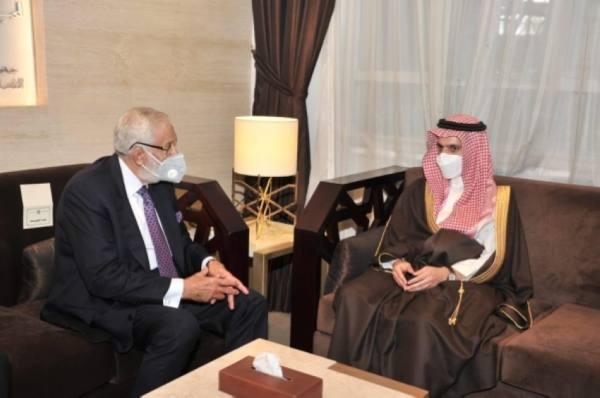 وزير الخارجية يناقش مع