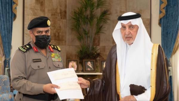 الأمير خالد الفيصل يكرم اللواء العتيبي