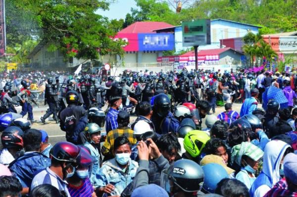 بورما.. «مطاطي ومسيل» على متظاهرين ضد الانقلاب
