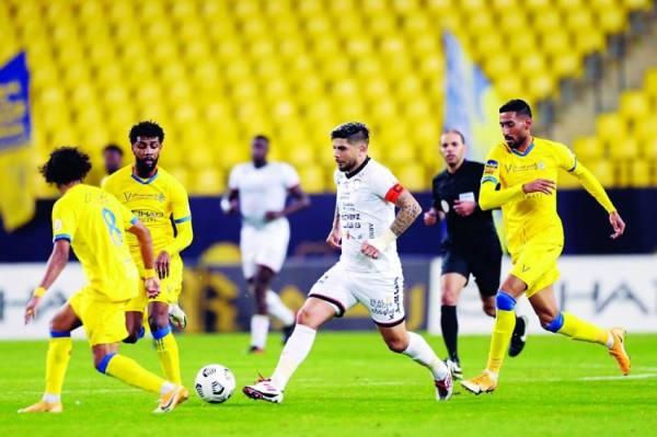 بانيجا وسط حصار من لاعبي النصر أمس الأول