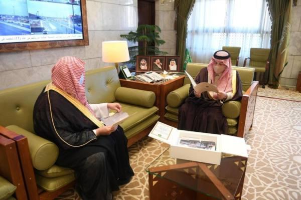 أمير الرياض يستعرض مشاريع جمعية البر الأهلية