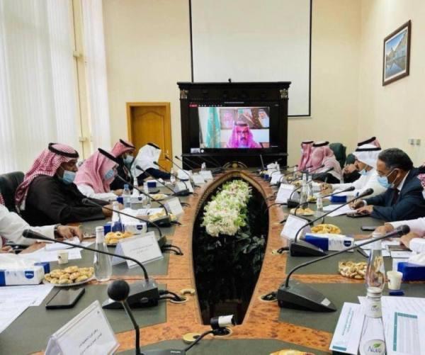 أمير الباحة يرأس اجتماع