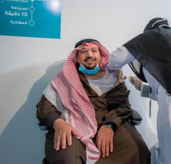 أمير القصيم يتلقى الجرعة الأولى من لقاح فيروس كورونا