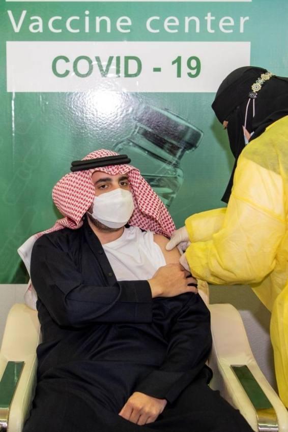 أمير الجوف يتلقى الجرعة الأولى من لقاح كورونا ويحث الجميع على المبادرة بالتسجيل