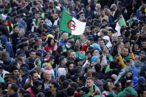الجزائر.. إطلاق 33 من معتقلي الحراك