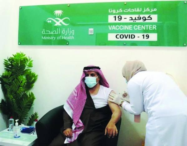 محافظ الطائف يتلقى جرعة اللقاح