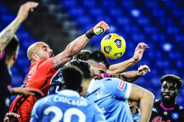 الأسباني بيبي حارس لاتسيو يبعد الكرة بالدوري الإيطالي أمام نابولي