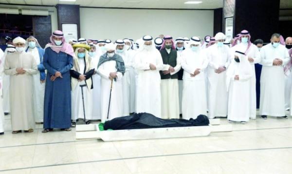 وداع مؤثر لأحمد زكي يماني في مقبرة المعلاة