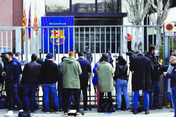 تزاحم رجال الإعلام امام مدخل نادي برشلونة، بينما كانت عناصر الشرطة بالداخل