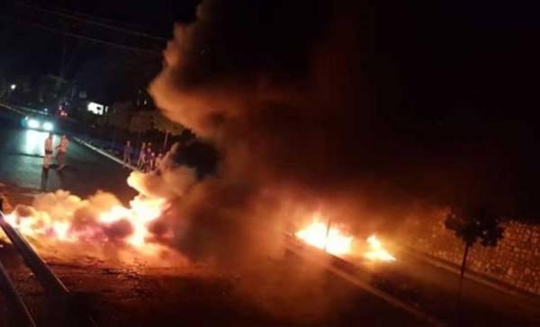 لبنان.. قطع الطرقات مع تواصل انهيار الليرة