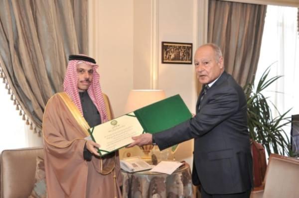 جامعة الدول العربية تكرم ولي العهد بدرع