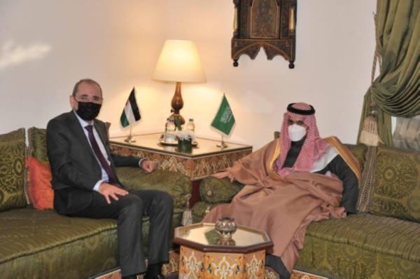 وزير الخارجية يناقش مع نظيره الأردني المستجدات الإقليمية والدولية