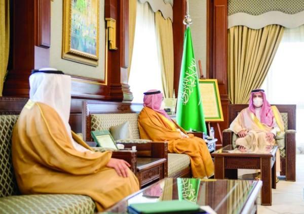 أمير المدينة يطلع  على إستراتيجية البريد السعودي