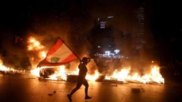 لبنان.. الليرة تواصل انحدارها والشوارع