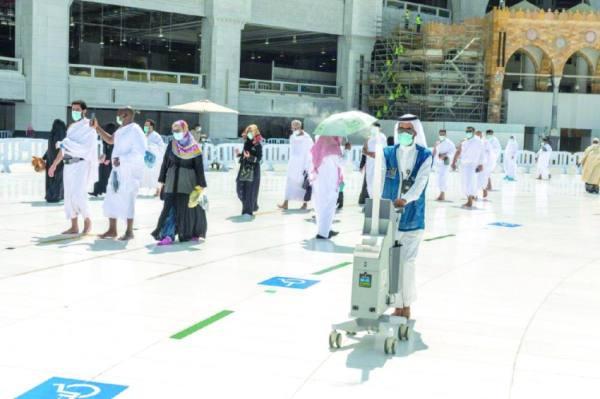 شبان سعوديون يتسابقون على توزيع زمزم وتعقيم صحن المطاف