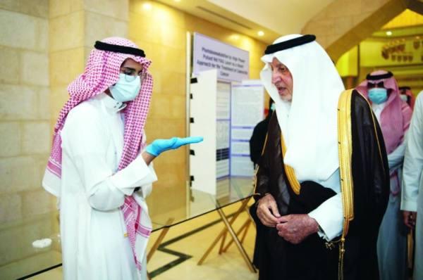 الأمير خالد الفيصل يستمع إلى المبتكر منصور