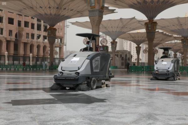 1490 عاملاً وعاملة ينجزون أعمال التنظيف والتعقيم بالمسجد النبوي أثناء موجة الغبار