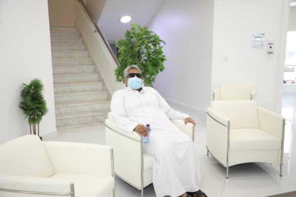 احد المستفيدين بمنطقة الاستراحة بعد تلقيه الجرعة الأولى