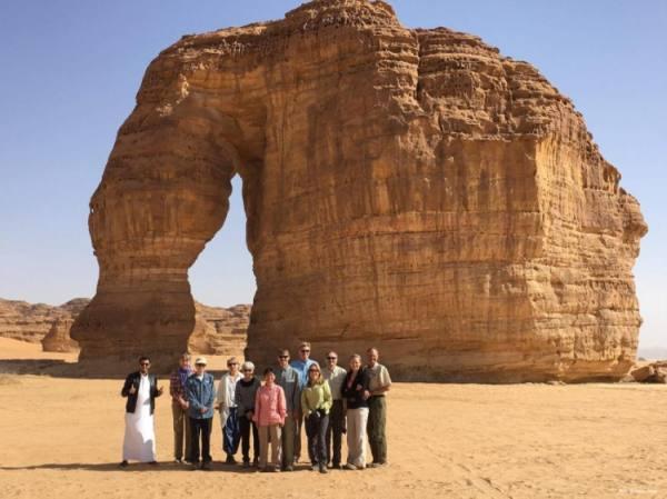 صخرة على هيئة فيل تجذب السياح في العلا