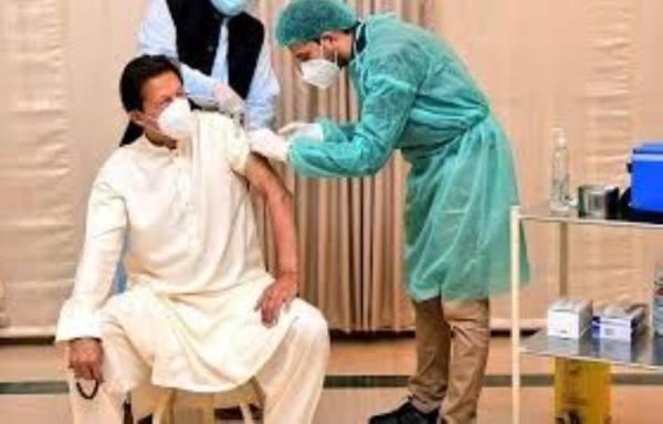 بعد يومين من تطعيمه.. كورونا يصيب عمران خان