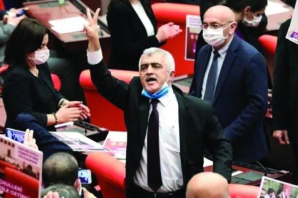 توقيف نائب تركي مؤيد للأكراد جُرّد من مقعده في البرلمان