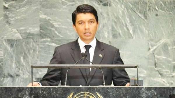 المظاهرات في أوروبا من أجل اللقاح.. ورئيس مدغشقر يفضل الأعشاب