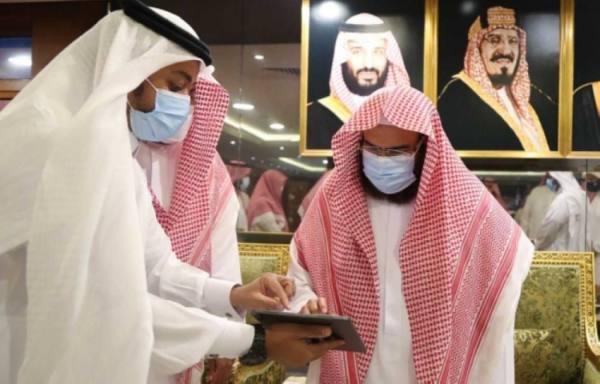 السديس يتسلم موسوعة جهود المملكة في المسجد الحرام خلال جائحة كورونا