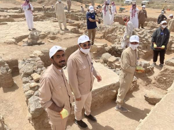 رئيس جامعة حائل يتفقد مواقع التنقيبات الأثرية في مدينة فيد التاريخية