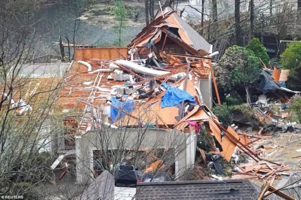 منازل مهدمة وأشجار على الأرض.. إعلان للطوارئ في ألاباما
