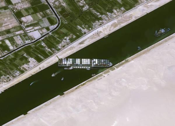 9 قاطرات عملاقة لتعويم السفينة الجانحة بقناة السويس