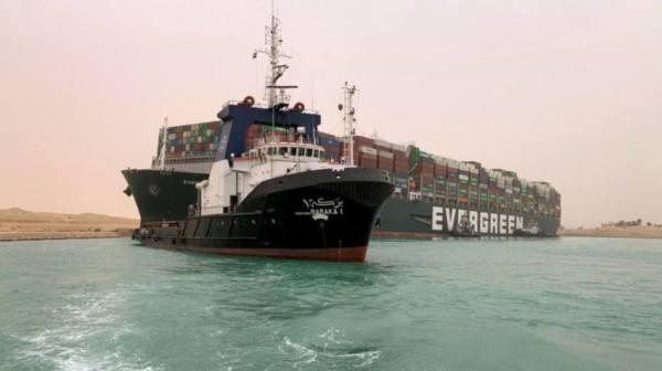 هيئة قناة السويس: بدء مناورات قطر السفينة العالقة في القناة