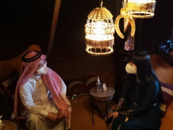 مرتديًا الزي السعودي.. السفير الصيني يزور