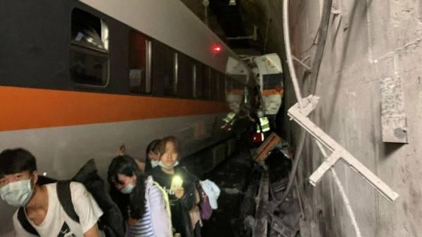 41 قتيلا على الأقل إثر خروج قطار عن سكته داخل نفق في تايوان