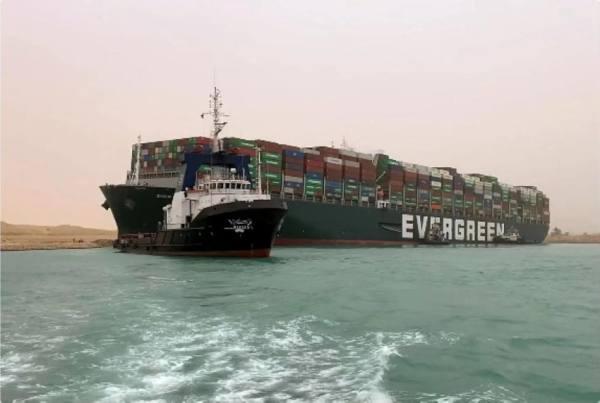 مسؤولان بقناة السويس يتهمان قبطان السفينة الجانحة بالتسبب في الأزمة