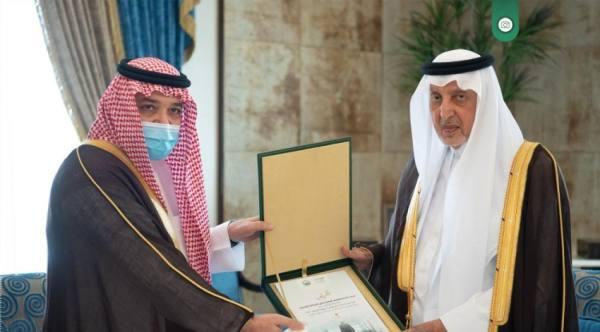 أمير مكة يستقبل محافظ جدة ويطلع على تقرير سكن العمالة