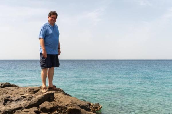 السفير البريطاني يتفاعل مع قصة جنوح الدلافين إلى شواطئ أملج