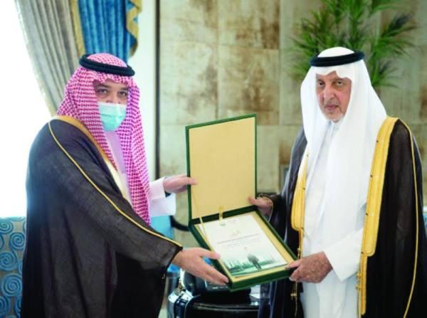 أمير مكة يتسلم تقريرا عن أوضاع سكن العمالة الأجنبية بجدة