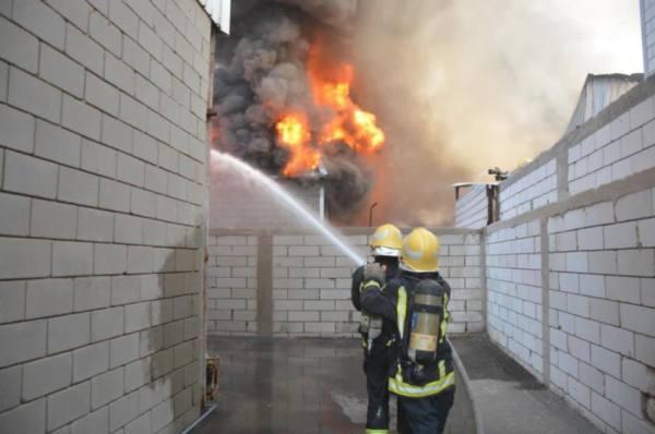 الدفاع المدني: إخماد حريق في مستودعين جنوب جدة
