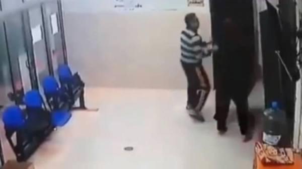 بالفيديو .. طبيب ينقذ طفلة من الموت خنقاً ووالديها في حالة ذعر بفلسطين