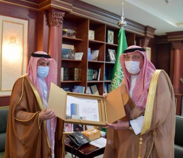 محمد بن ناصر يتسلم التقرير السنوي لمنجزات جامعة جازان